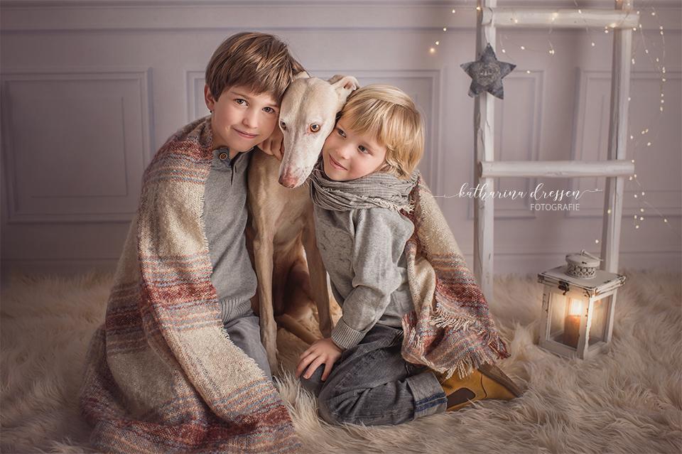 Kinderfotograf_Fotoshooting mit Kindern, fotoshooting_Düsseldorf, KinderFotograf, Familienfoto_Mönchengladbach, Kidnerfotos, weihanchtliche Kinderfotos