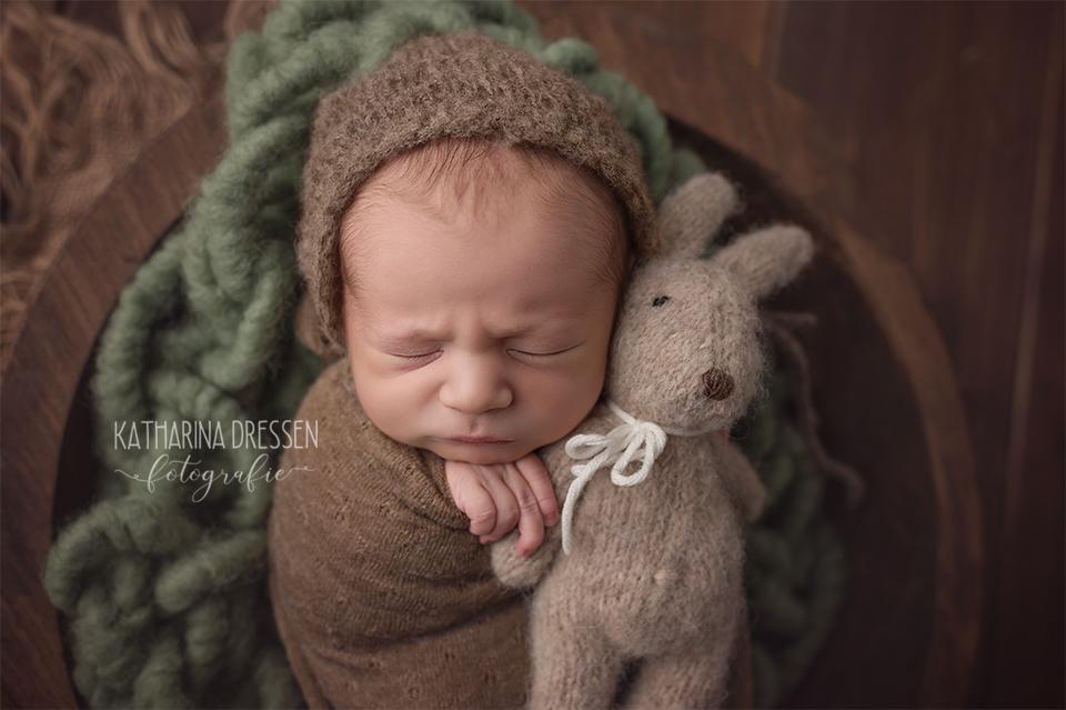 babyfotograf_katharina-dressen_neugeboren-fotoshooting_hebamme_geburtshaus_babybauch-fotos_baby_fotoatelier_duesseldorf_koeln_anne-geddes