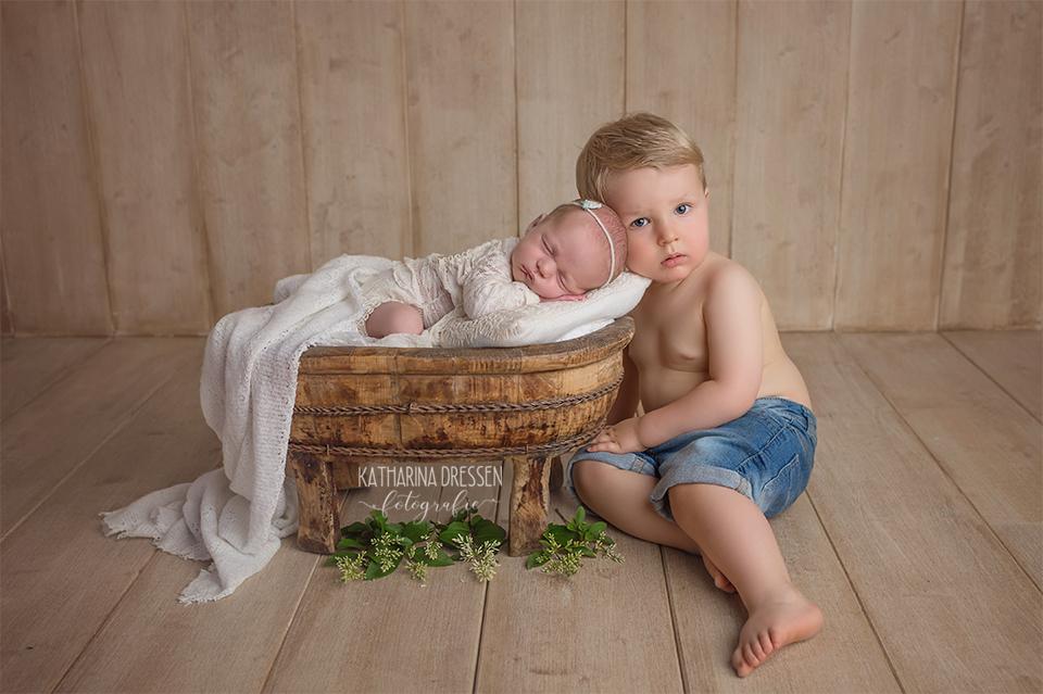 babyfotograf_katharina-dressen_neugeboren-fotoshooting_hebamme_geburtshaus_geschwisterbilder_baby_fotoatelier_duesseldorf_geburt