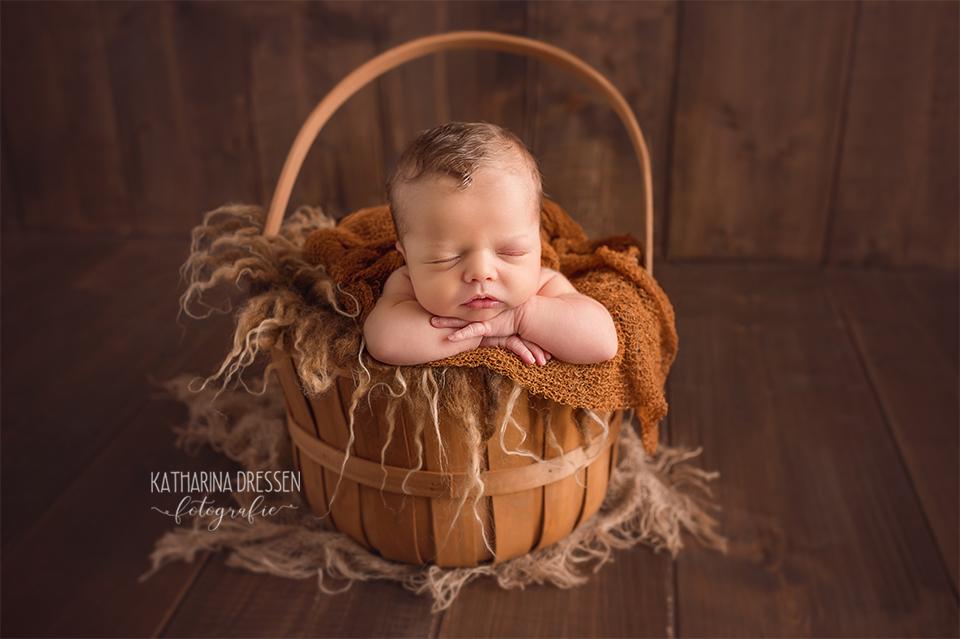 babyfotograf_katharina-dressen_neugeboren-fotoshooting_hebamme_geschwisterbilder_baby_fotoatelier_duesseldorf_geburt