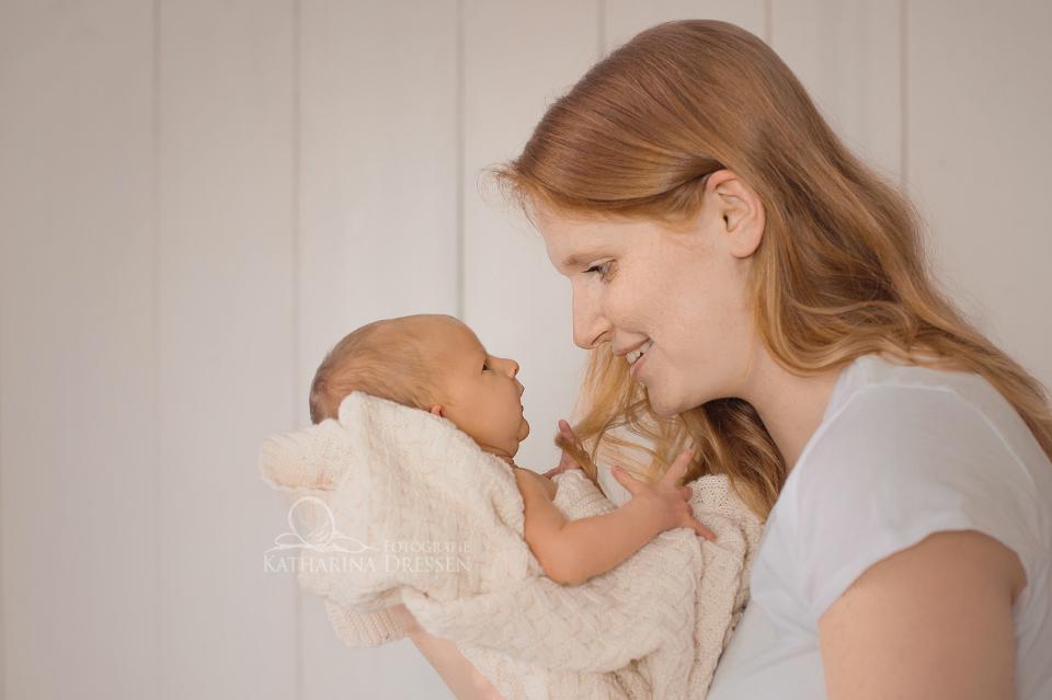 Babyfoto_Geburt_Fotograf_Koeln_Babyfotograf_Neuss_Hebamme_Geburtshaus_Baby_Fotoshooting