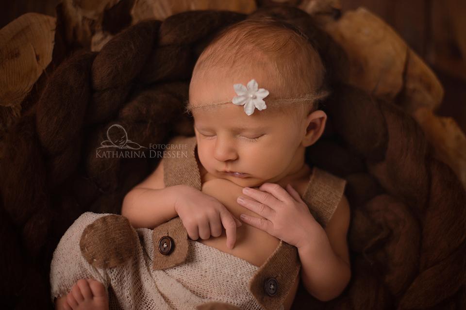 Neugeborenenfoto_Geburt_Fotograf_Duesseldorf_Babyfotograf_Hebamme_Geburtshaus_Neugeborenes