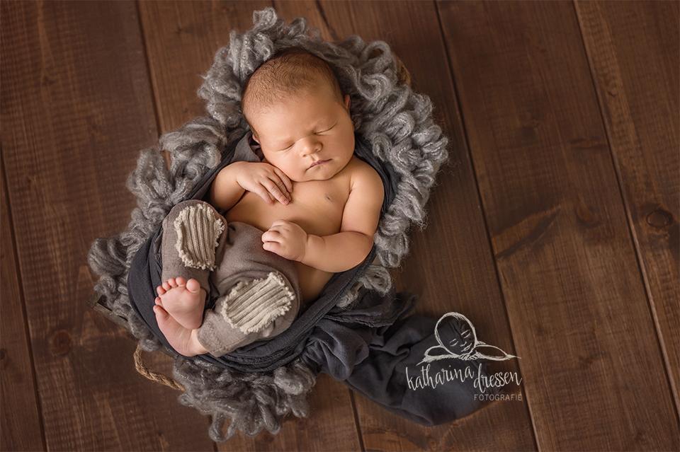 Babyfotos_Babyfotograf_Koeln_Baby_newborn_Fotograf_Fotoshooting_schlafendes-Baby