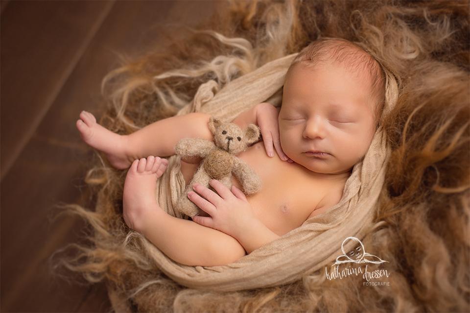 3_Baby-Fotoshooting_Babyfotograf_Duesseldorf_Baby_Neugeboren_Hebamme_Geburt_Fotograf_BabyFotoShooting