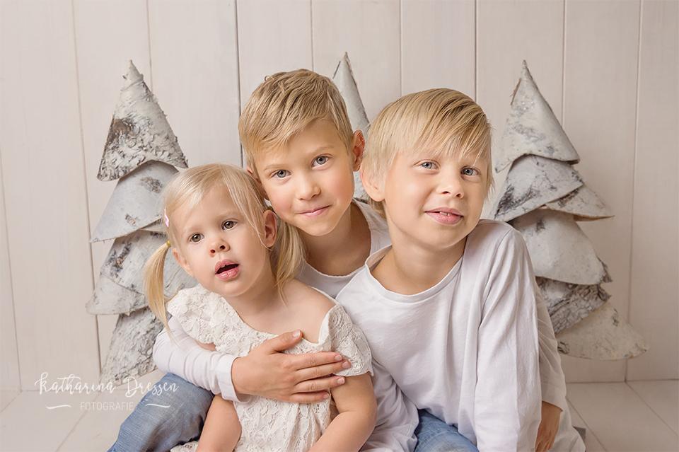 Familien-Fotoshooting_Duisburg_WeihnachtsShooting_FotosShooting_Familie_Familienbilder_Familienfotograf_Fotograf_Moenchengladbach_Fotostudio_Duesseldorf_Katta-Dressen_KinderFotos_Weihnachten