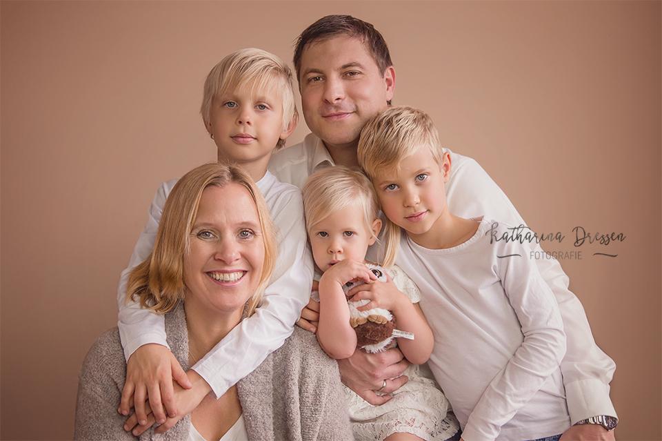 Familien-Fotoshooting_FotosShooting_Familie_Familienbilder_Familienfotograf_Fotograf_Moenchengladbach_Fotostudio_Duesseldorf_Katta-Dressen_KinderFotos_Weihnachten_Geschenke