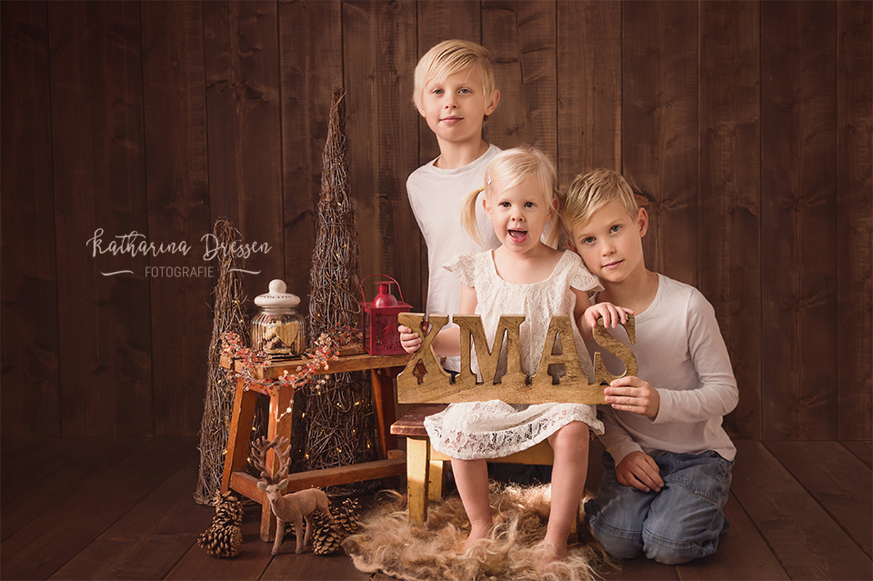 Familienfotograf_NRW_Kinderfotograf_Koeln_Familienfotoshooting_Weihnachtsfotos_WeihnachtsFotoShooting_FotosShooting_Familie_Familienbilder_Familienfotograf_Fotograf_Moenchengladbach_Katta_Dressen_KinderFotos