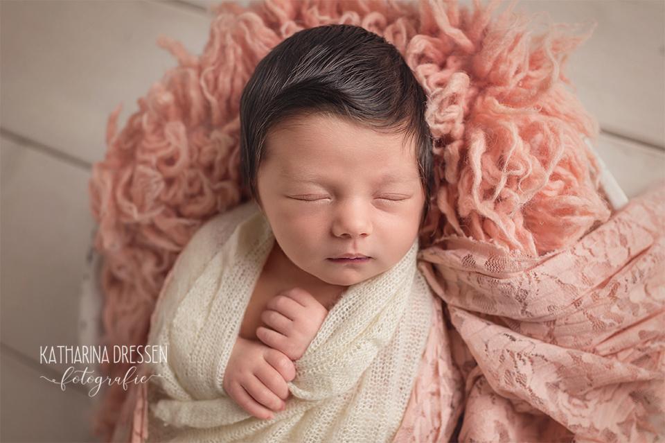 03_Baby_Fotografin_KatharinaDressen_Neugeboren_BabyFotoshooting_Hebamme_Geburt_Babyfotos_Fotograf_Duesseldorf_Moenchengladbach_Koeln_Anne-Geddes