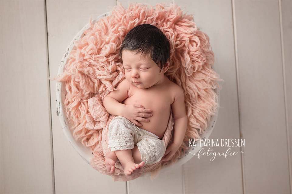 05_Baby-Fotografin_KatharinaDressen_Neugeboren_BabyFotoshooting_Hebamme_Geburt_Babyfotos_Fotograf_Duesseldorf_Moenchengladbach_Koeln_Anne-Geddes_NRW