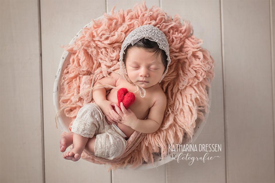 07_Baby_Fotografin_KatharinaDressen_Neugeboren_BabyFotoshooting_Hebamme_Geburt_Babyfotos_Fotograf_Duesseldorf_Moenchengladbach_Koeln_Anne-Geddes