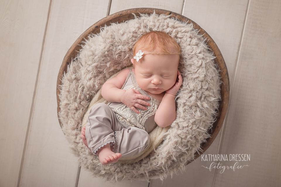 Baby-Fotograf_Katharina-Dressen_Neugeboren-Fotoshooting_Hebamme_Geburtshaus_Schwanger_Baby_Fotograf_Duesseldorf_Stillen_Moenchengladbach_Koeln