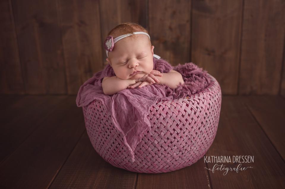 Baby-Fotoshooting_Katharina-Dressen_Neugeborenes_Hebamme_Geburtshaus_Schwanger_Baby-Fotograf_Duesseldorf_Stillen_Moenchengladbach