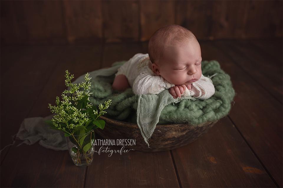 Babyfotograf_Katharina-Dressen_Babyfoto_newborn_Baby-Fotoshooting_schlafende_Baby_AnneGeddes_Hebamme_Geburtshaus_Geburt_Stillen_Moenchengladbach_Duesseldorf