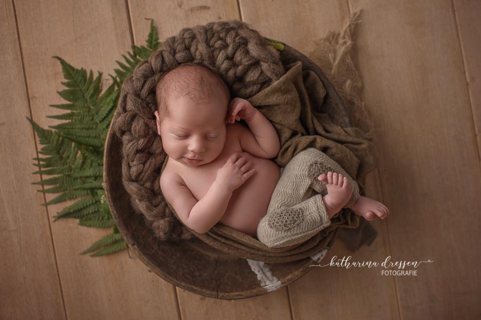 Baby-Fotograf_Newborn_Babyfotografie_Katharina-Dressen_Neugeboren-Fotoshooting_Hebamme_Geburtshaus_Hausgeburt_Baby_Fotoatelier_Duesseldorf_Koeln