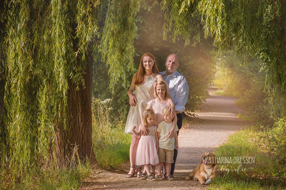 Familienfotos_Fotoshooting_Outdoor_Familienfotograf_Zwillinge_KatharinaDressen_Moenchengladbach_Familienfotos-mit-Hund