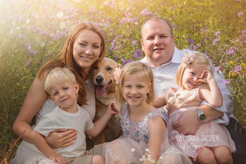 Familienfotoshooting_Outdoor_Familienfotograf_Zwillinge_KatharinaDressen_Moenchengladbach_Familienfotos-mit-Hund