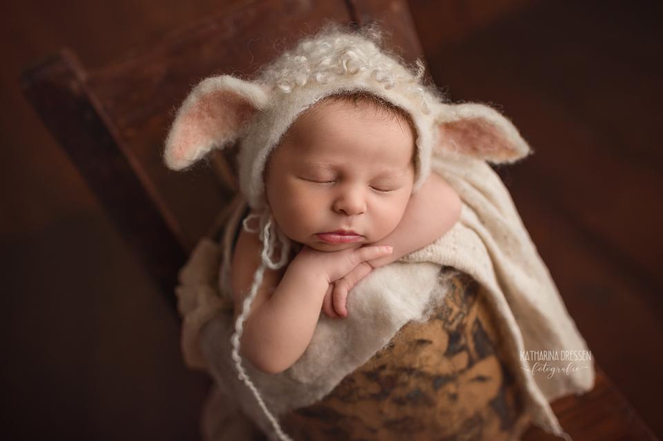 Babyfotograf_Moenchengladbach_Babyfotos_Neugeboren_Baby_Schwanger_Babybauch_Geburt_Hebamme_Duesseldorf_Koeln_Viersen_Krefeld_NRW_Ostern_Osterlamm